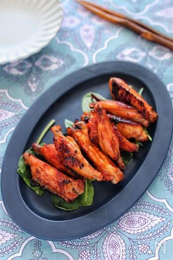 火が通りにくい骨付き肉は、魚焼きグリルの得意分野。豚スペアリブもおいしいですが、鶏スペアリブ(手羽)のBBQグリルもいいですね。意外な組み合わせの調味料で、甘辛の味わいに。お酒と一緒に豪快にいただきましょう。