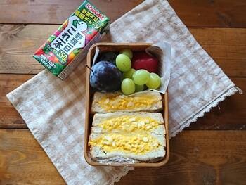 ボリューミーなたまごサンドに、彩りのよい果物を組み合わせたお弁当。具材は前日に仕込んでおけます。たまにはこんなシンプルなお弁当もいいですね♡