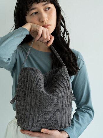こちらのキットでは、プラスチックのダークグレーの糸で編んで作る個性的な素材感が映えるワンハンドルバッグが出来上がります。しっかりと本体に持ち手を縫い付ければ重たい物も入れられます。マグネットボタンも付属しているため、実用的。