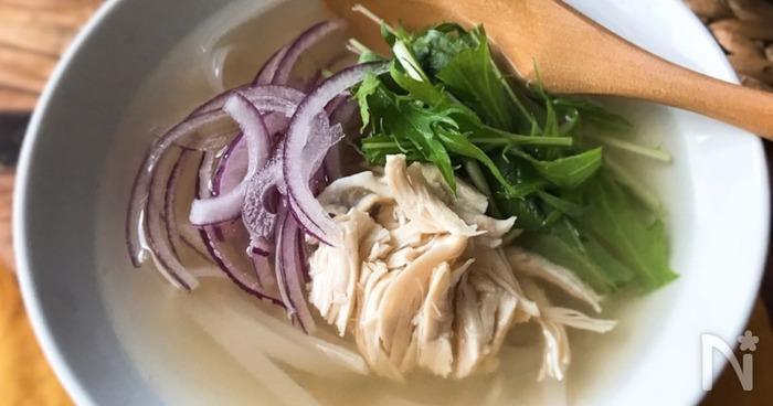 よりあっさりヘルシーにしたいなら「ささみと水菜のフォー」。ささみは低カロリー&高たんぱくでダイエット向きのお肉です。水菜にはビタミンCなど美肌にうれしい成分がたっぷり。ポリフェノールの含まれた紫玉ねぎでアンチエイジング効果も♪