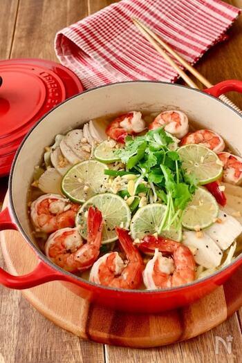 ナンプラーを使わない「ベトナム風フォーの鍋」。アンチエイジング効果の高いアスタキサンチンを含むエビと良質なたんぱく質をとれる鶏肉をメインに、野菜もたっぷり入ったお鍋です。トッピングしたピーナッツにも抗酸化作用や整腸効果が♪