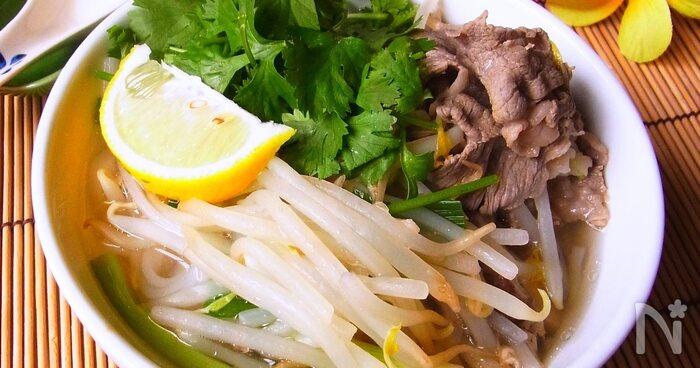 牛肉を使った「フォーボー」。たっぷりのせたもやしの食物繊維でお通じ改善が期待できます。体を温めるショウガや血行を促進してくれるネギを使っているのも◎
