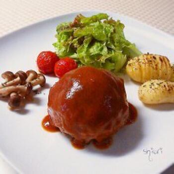 みんな大好きハンバーグ。こんなまん丸のハンバーグは見た目のインパクトも大で食卓が盛り上がります。付け合わせの野菜もグリルで焼いちゃいましょう!