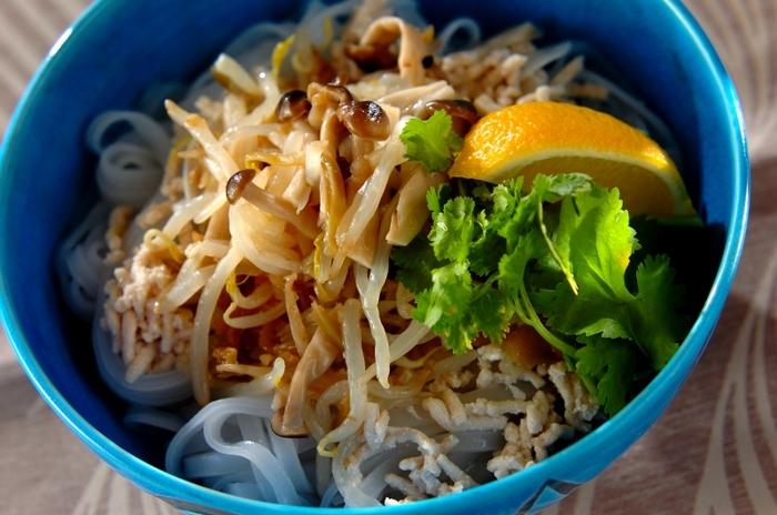 「もやしとザーサイのナムルフォー」はすっきりしたスープにナムルのアクセントが美味しい♪ 発酵させて作るザーサイには乳酸菌やむくみに効果的なカリウムが含まれています。食物繊維たっぷりなもやしと合わせて腸活にも◎