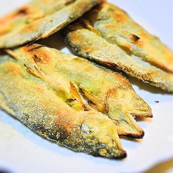 鮎といえば定番の塩焼きもいいですが、セモリナコをまぶしてパリッと香ばしく仕上げた鮎も格別です。じっくり焼いて頭ごと丸ごと頂いちゃいましょう!