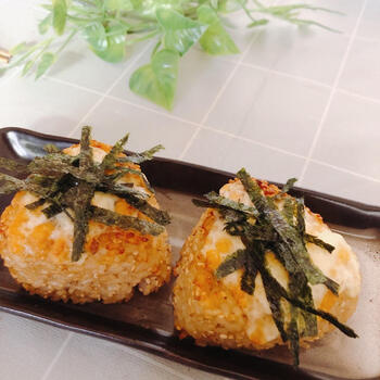 牡蠣だし醤油で濃厚な旨味をプラスした焼きおにぎり。みんな大好きチーズもプラスすれば、満足度120%の料理に。チーズに焦げ目が付いたら出来上がりのサインです。