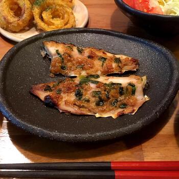相性抜群!アジとネギみその組み合わせ。焦げやすくなるので火加減に注意が必要ですが、香ばしい魚料理は、お酒のあてとしたも最高です。