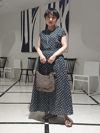 おしゃれなのに飾り気がないワンハンドルバッグは、女性らしいワンピースとも相性抜群。足元とバッグの色を統一することで、より上品で洗練された雰囲気を高めてくれますよ。