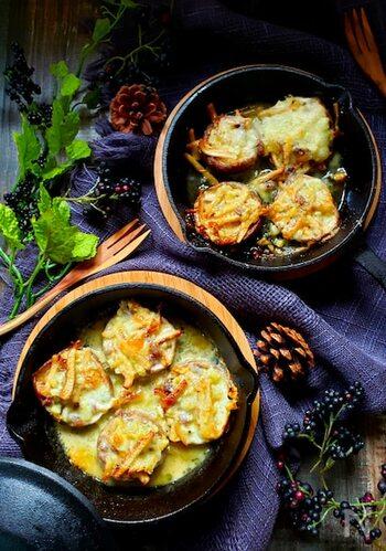 ミニスキレットでお店のような華やかなレシピに見えるアヒージョ風タパスは、おもてなしメニューとしてもおすすめ。ワインと一緒に楽しみたい料理です。