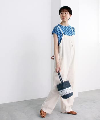 バケツのようなコロンとしたフォルムがキュートなワンハンドルバッグは、オーバーサイズのサロペットを合わせてカジュアルに。白✕ブルーのクリーンな配色にワンハンドルバッグのざっくりとした網み具合が夏らしい。