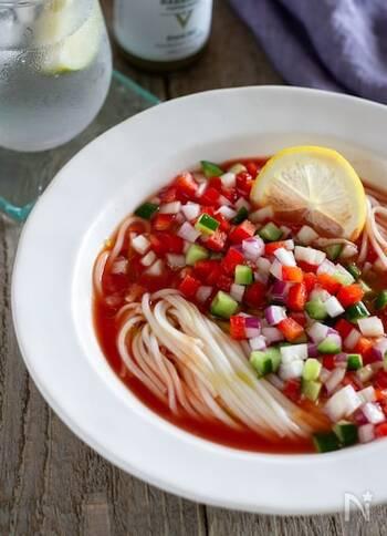 ガスパチョは、主にスペインで食べられる冷製スープ。酸味と辛みの利いたガスパチョに、なんと冷や麦を投入しました。意外な組み合わせに思えますが、スペインの人にも教えてあげたいおいしさです。