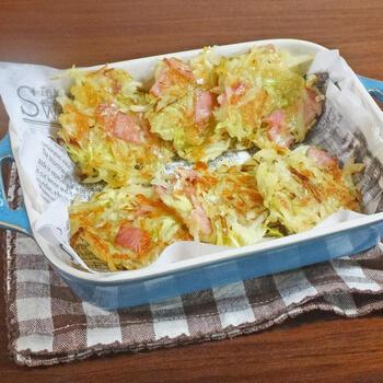 新じゃがや春キャベツを使って作るミニお好み焼き風ガレット。ベーコンやチーズが塩気がいい感じのアクセントになっています。冷蔵庫の余り野菜を刻んで入れるのもいいですね。