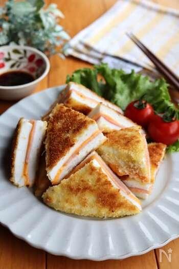 はんぺんにチーズとハムの旨味が合わさると美味しさアップ!油は少なめで揚げ焼きするのがポイントです。外はサクッと、中はふんわりとした食感を楽しめます。