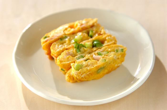 お弁当の定番卵焼きも、具材を加えると彩りが綺麗!ふんわりとした卵に、アスパラの食感がアクセントになっています。味付けは塩こしょうだけとシンプルで、素材の味を楽しめますよ。