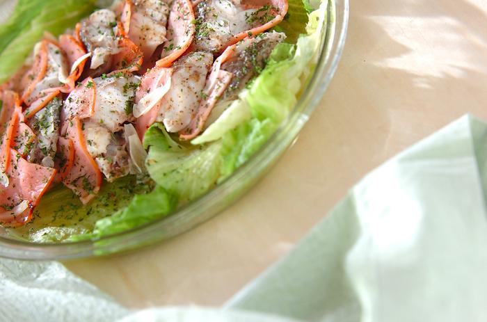 こちらは、ふっくらと蒸した白身魚がメインの一品。白ワインに漬け込むことで、香り良く仕上がります。ハムと白身魚を交互に並べたら、レンジで加熱すれば出来上がり。大皿のまま食卓に出しても、華やかで良いですね!