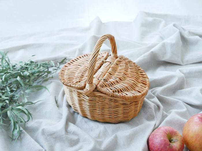インテリアにもなる蓋付きバスケット。柳でしっかりと編まれていて、重たいものを入れても大丈夫なほど丈夫なので、ピクニックにぴったり。おしゃれな雰囲気も相まって、ピクニックがさらに楽しくなりそう!