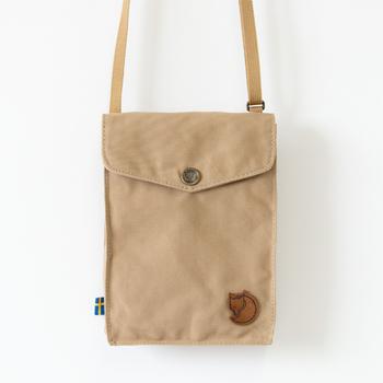 ピクニックなどアウトドアにとても便利なコンパクトなショルダーバッグ。スマートフォンや小銭、カードなど本当に必要なものだけを入れておくバッグなので、これ一つで気軽に外出ができます。軽くて両手が空くので軽いショルダーバッグは嬉しいですよね。