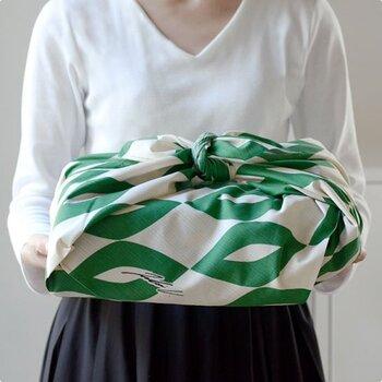 大判の風呂敷もピクニックに大活躍なアイテムの一つ。お弁当を包むだけではなく、広げたらピクニックシートになり、結ぶと持ち運びに便利なバッグにもなるんです。畳めばコンパクトなのも嬉しいですよね!