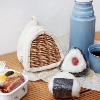 おにぎり専用のランチバッグ。大きさはおにぎり約2個分が入るので、ちょっとしたピクニックにぴったり。編んだ柳とキャンバス地の組み合わせがとても可愛く、使うのが楽しくなりますよね。