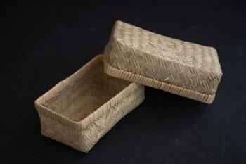 一度は使っててみたい憧れの竹かごのお弁当箱。山野に自生する細い竹を職人さんの手によって網代編みによって作られました。網代編みは弾力性があり通気性が優れているとのこと。昔ながらの竹かごのお弁当箱は、美味しさを守る知恵が詰まっているんですね。