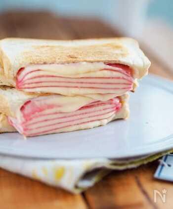 専用の調理器具がなくても、フライパンで手軽にホットサンドが作れます♪チーズとハムを交互に積み重ねてサンドすれば、写真映えする美しい断面に!流れ出るチーズがたまりません。
