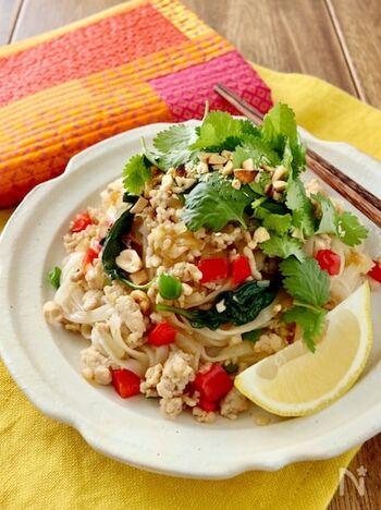 パプリカとピーマンを使って緑黄色野菜がしっかりとれる「ガパオ麺」。抗酸化作用の高いビタミンA、C、Eすべてが摂取できます。トッピングのピーナッツにも抗酸化作用があるので、アンチエイジングにぴったり。