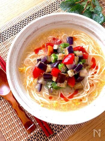 冷たい酸辣湯を食べたことはありますか?こちらのレシピではそうめんを酸辣湯風に。夏野菜をたっぷり使って、栄養満点に仕上げます。酸っぱさひかえめの味付けで、お子さまにもおすすめです。