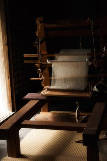 古来日本では、旧暦の7月7日の節句に、若い女性が機を織り、それを神棚に捧げて五穀豊穣を願う「棚機(たなばた)」と言う行事がありました。奈良時代に中国の乞巧奠(きこうでん)という機織りや裁縫、書道などの上達を祈る行事が伝わると、それらが合わさるようになりました。