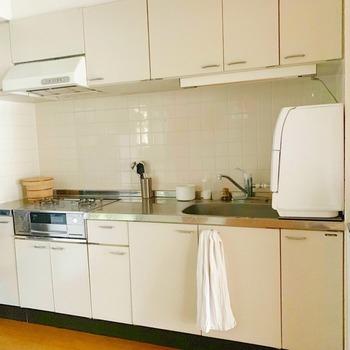 使いやすいキッチンを実現したいなら、上・中・下段の3つのエリアに分類して考えることが大事です。一般的に、上段は吊戸棚・中段は作業スペース・下段はコンロやシンク下の収納スペースに分けられます。