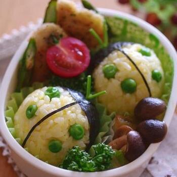 ゆで卵の黄身を混ぜ込んだご飯でまあるいおにぎりを作り、頭の部分に海苔を巻いてなじませます。あとは、グリンピースを付けて、触覚にはパセリの茎を刺せば完成です。グリンピースが苦手なお子さんも、てんとう虫ならよろこんで食べてくれるかも?