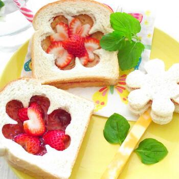 パンにジャムやピーナッツバターを塗り、お花の型で抜いたもう1枚のパンでサンドします。フレッシュないちごも飾ってかわいらしく。小さめのパンで作ってあげるとよさそう。ラップでくるんで持たせましょう。