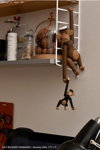 ストリングポケットのサイドパネルは、はしごのようになっているので、ちょっとしたものを引っかけることができます。オブジェをかけたり、グリーンを飾ったりして楽しめますね。また、S字フックを使った引っかけ収納にも◎