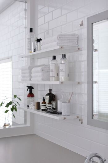 こちらもストリングポケットを洗面所に使った実例。サイドフレームにアクリル素材のものを使っているのがポイントで、清潔感があってお手入れしやすいのが特徴です。クリアな素材感は洗面所と好相性♪