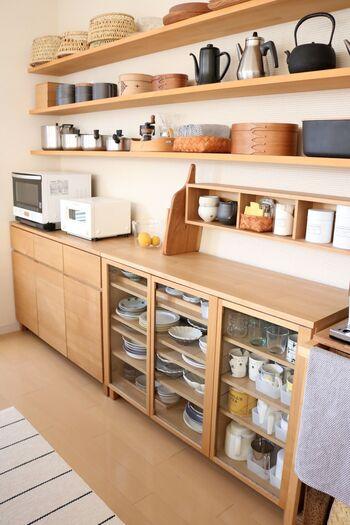 キッチン背面にウォールシェルフを大きく取りつけて、大容量の見せる収納に。また、無印良品の「壁に付けられる家具・箱」をプラスして、日常使いのものの置き場所も作っています。ウォールシェルフのおかげで、おしゃれで機能的なキッチンに♪