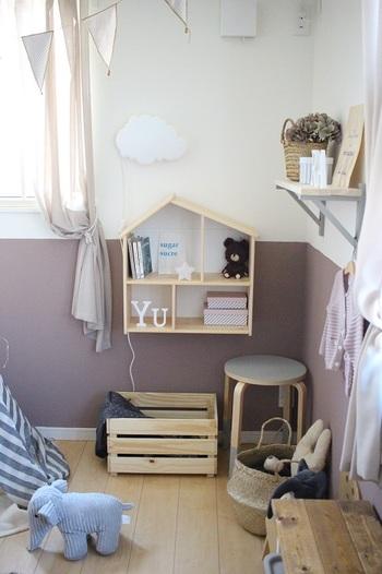 こちらはIKEAのお家型ウォールシェルフを子ども部屋に取りつけた実例です。かわいい形が子ども部屋にマッチしています♪子どもの手が届きやすい高さに設置して、ドールハウスとして遊べるようにするのも◎
