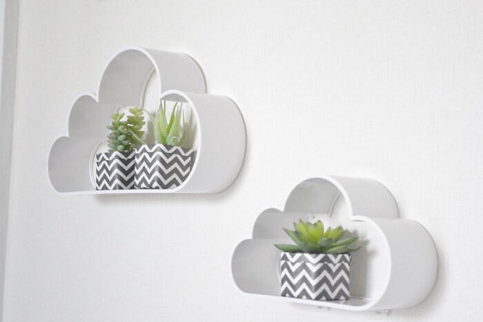 こちらは雲形のウォールシェルフを取りつけたアイデア。子ども部屋らしいかわいい雰囲気を演出できますね。動きがあるように2つをずらして取りつけると◎