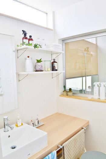 洗面台の上にウォールシェルフをつけて、収納兼ディスプレイコーナーに。洗面台に直接置くものが減るので掃除がしやすくなります。グリーンで爽やかさをプラスしているのも◎