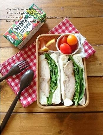 前日に残った照り焼きチキン。サンドイッチにすれば、ちょこっと野菜や果物を添えるだけでお弁当が完成!子供が食べやすいよう1口サイズにしたり、ピックを刺すのもおすすめです。