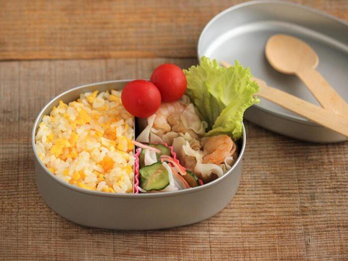 卵チャーハンにシュウマイを合わせて、中華風のお弁当に。たまねぎや人参など野菜を細かく刻んでチャーハンに入れれば、おかずも少なめで済みますね。