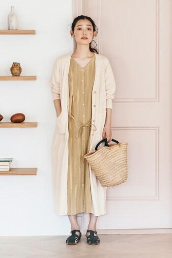 ガウンのように羽織ることもできる、メンズライクなストライプのワンピース。袖がパフスリーブでリボンベルトが付いているので、かわいらしさもちゃんとありますよ。白いロングカーディガンと合わせるとお嬢様っぽい雰囲気に。
