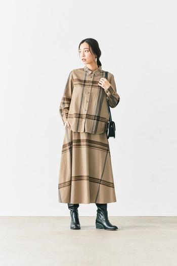 大きなチェック柄をアシメトリーに配置したインパクトのあるシャツとスカート。別々に着るとカジュアルに、セットアップなら上品で大人っぽい風格に。肌寒い日や秋口まで活躍しそう。