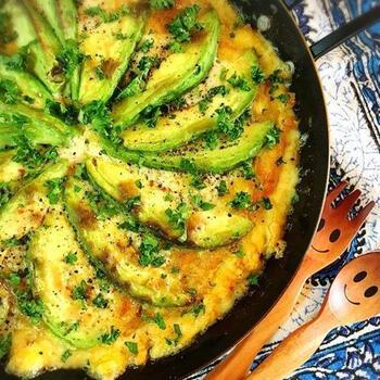 スキレットやオープングリルで作れるオムレツ。アンチョビを入れることで、イタリアン風な味わいの本格オムレツに仕上がります。