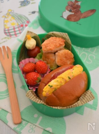 やわらかいロールパンにオムレツを挟んだ、子供も食べやすいオムレツドッグ。オムレツにはハムや野菜などを細かく刻んで入れると、栄養面もバッチリ!