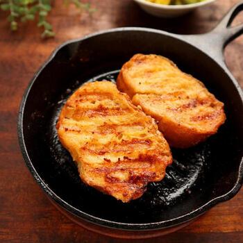 あまりがちなフランスパン。そんなときはフレンチトーストに早変わりさせましょう。スキレットを使えばグリルにそのまま入れられます。