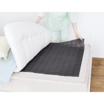 布団の下に敷くタイプの除湿シートは、繰り返し使えるものが便利。こちらは備長炭入りで消臭もしてくれるので、1年を通して使いたいアイテムです。