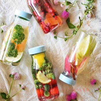 グラスに浮かぶフルーツ&ハーブの香り♪「デトックスウォーター」の作り方