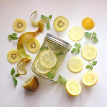 キウイとレモンでビタミンたっぷり!美肌になれそうなデトックスウォーター。貧血が気になる人にもおすすめです!