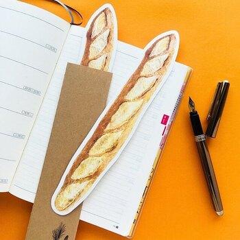 こちらは便箋ではなくカードですが、非常にユニークなデザインでしたので取り上げました。リアルなパン型のカードからはいまにも香ばしい香りが。細かいギザギザカットのあるクラフト封筒はまさにパン袋のようで、パン好き仲間に喜ばれるに違いありません。
