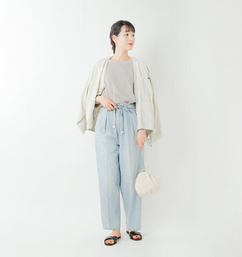 薄い色のジーンズが夏らしい、テーパード型のデニムにTシャツと羽織を合わせたシンプルスタイル。ハイウェストパンツに細い共地ベルトをちょうちょ結びして、旬な着こなしが気軽にできます。