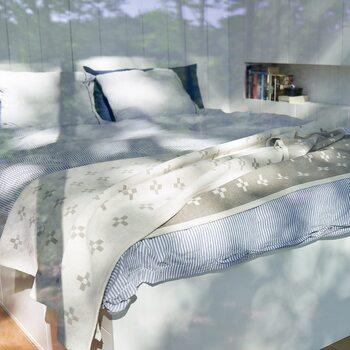 「ブルー」をメインにしたコーディネート。ストライプ柄のベッドカバーにグレーのスローを重ねたり、濃いブルーとストライプ柄の枕を合わせてコーディネートすることで、単調にならず楽しめます。